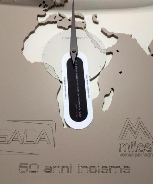 Dettaglio incisione loghi su orologio da parete