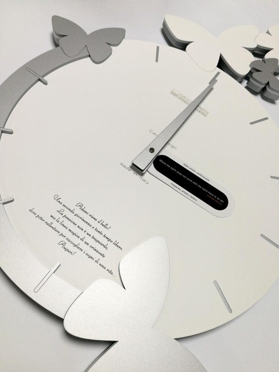Orologio da parete con frase incisa