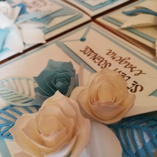 Biglietto artigianale con rose di carta bianche e azzurre