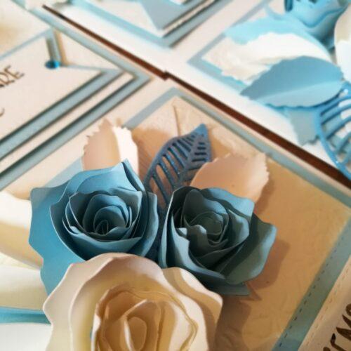 Biglietto artigianale con fiori di carta bianchi e azzurri