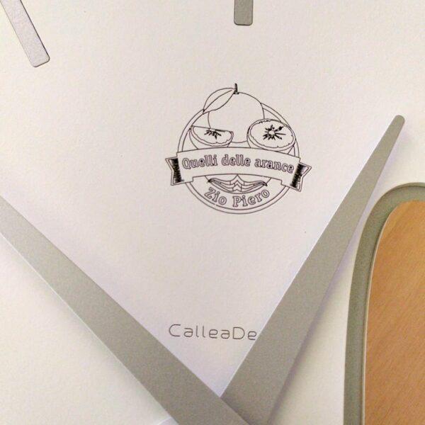 Orologio da parete con incisione personalizzata - dettaglio logo